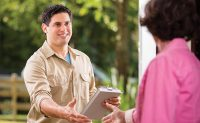 handshake, customer, client, front door, meeting, introduce, agreement (PHOTO: iStock.com/fstop123)